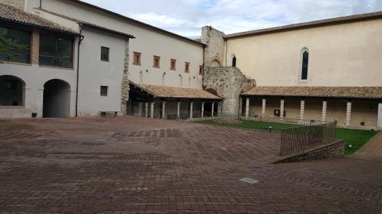 Spoleto, Italien: El patio central de San Nicolò