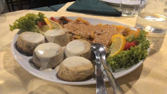 Soufflè con funghi porcini e peperoni, con bagna cauda (porzione ...