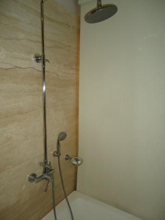 Leisure Inn West Gurgaon: te das un golpe facilmente a la salida de la ducha