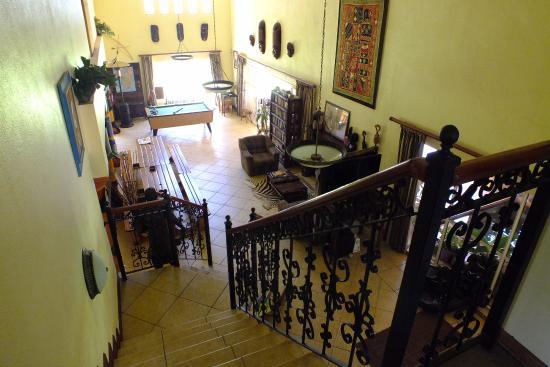 Twana Lodge : Gezellige ruimte waar je kunt poolen, tv kijken, en lekker zitten
