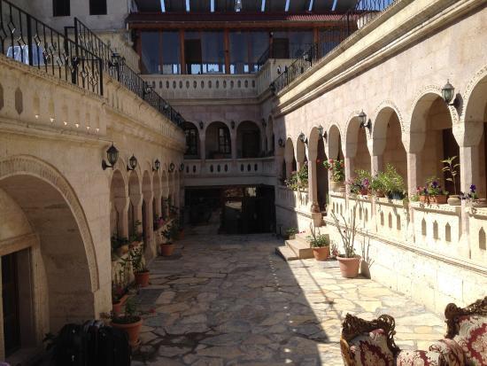 Nature Park Cave Hotel: Cour de l'hôtel