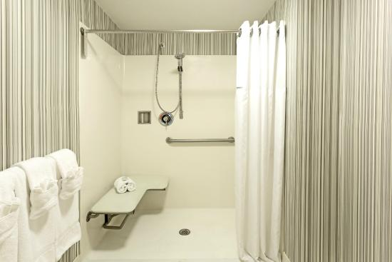 Wyndham Garden Norfolk Downtown: Guest Room Bathroom