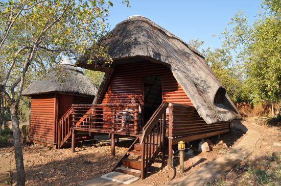Tsakane Safari Camp: Lodge met uitzicht op waterplaats