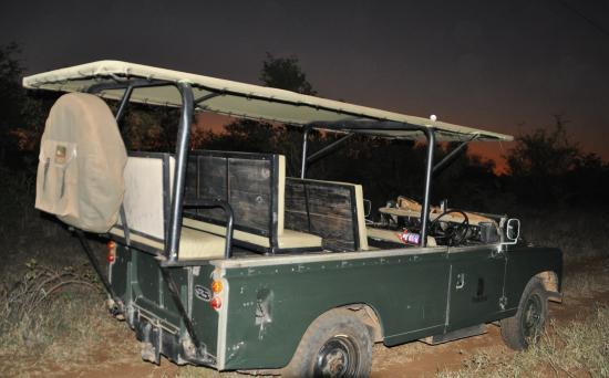 Tsakane Safari Camp: Landrover net na zonsondergang