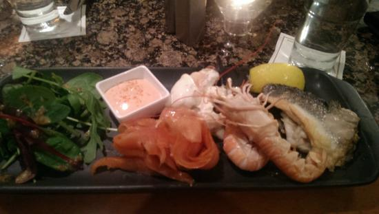 Garryvoe Hotel: Seafood platter in the bar