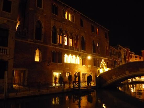 Hotel Al Sole: Vue de l'hôtel depuis le canal