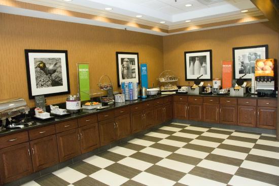 Hampton Inn Easton: Breakfast Area