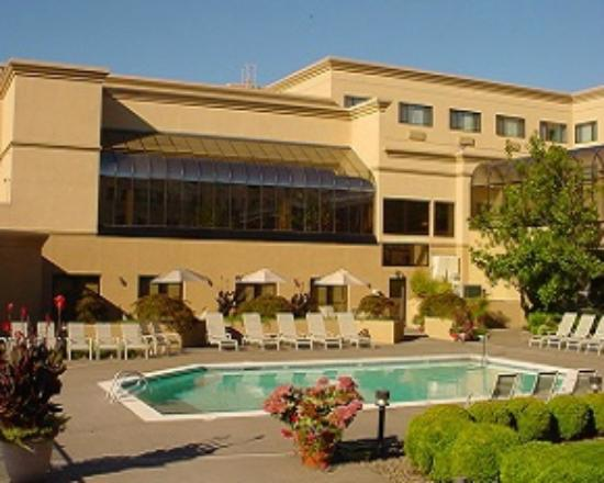 Monarch Hotel and Conference Center: Courtyard