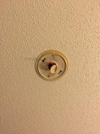 Super 8 La Crosse: Missing smoke detector
