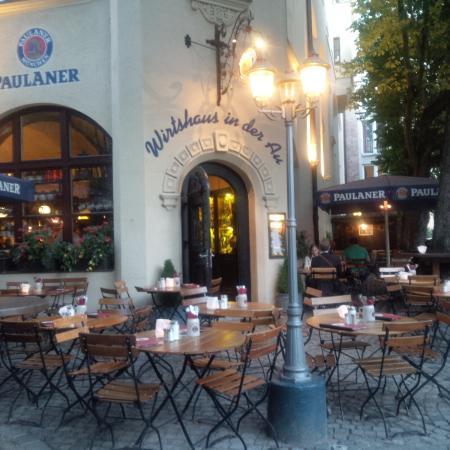 Entrance with outdoor seating - Bild von Wirtshaus In Der