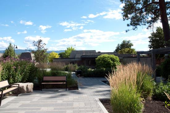 Vernon, Canada: Beautiful gardens behind the museum