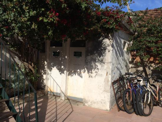Hostel El Espanol : Salles de douche/WC communes situées dans le patio