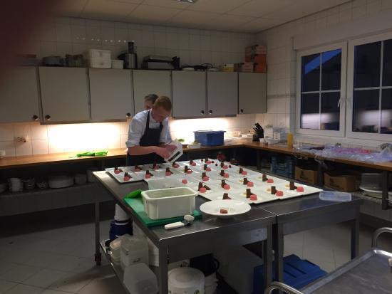 Hotel Restaurant Het Ros van Twente: Met glas wijn in de hand de chef's aan het werk bewonderen