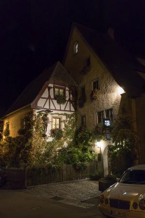 Burghotel: Hotel frontage at night