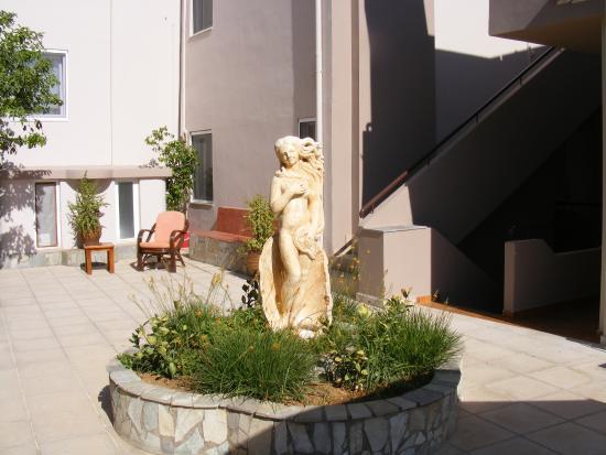 Tuin Design App : Tuin en rondom hotel en app picture of irida apartments agia