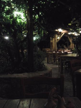 Kaliviani, Hellas: Interno sera.
