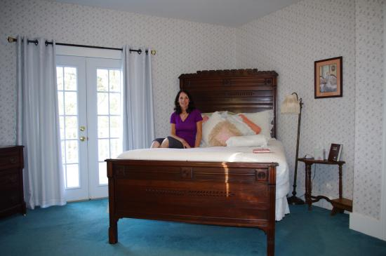 Abilene's Victorian Inn Bed & Breakfast: My wife in the Eisenhower Room
