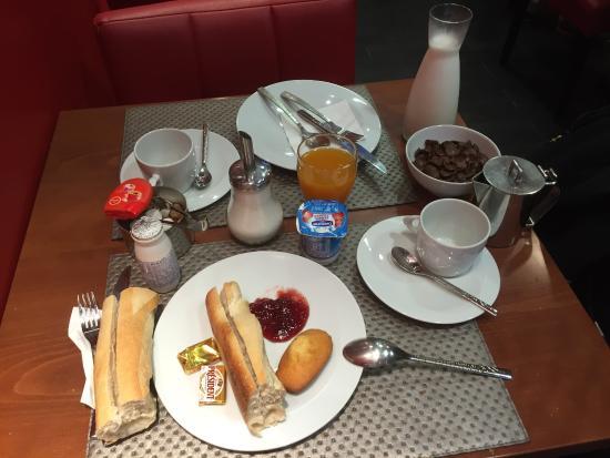 BEST WESTERN La Joliette: Lovely Simple Buffet Breakfast....