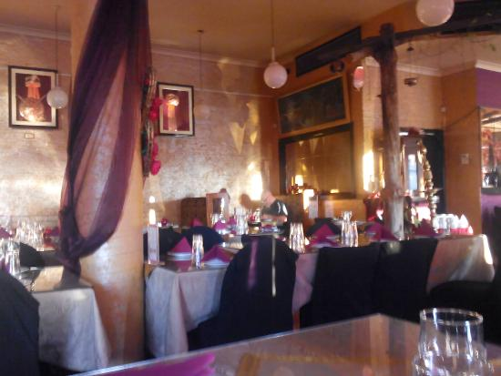 Turban Indian Restaurant: Cosy, but plenty of room @ the tables or booths.