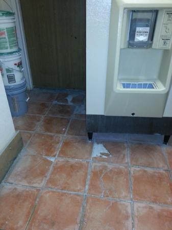 Motel 6 Santa Fe Central: Ice machine room