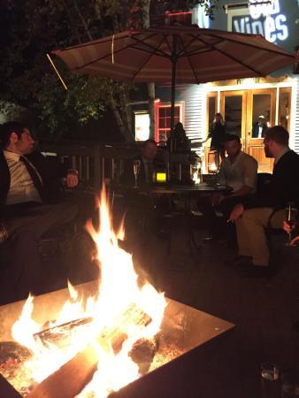 Kennebunk, Μέιν: Exterior and firepit.