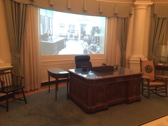 The presidential office and resolute desk picture of john f kennedy presidential museum - Jfk desk oval office ...