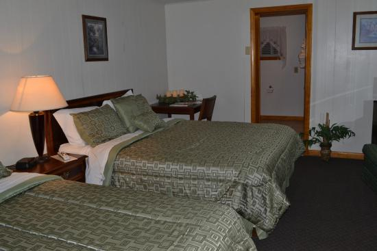 Hillside Motel: Room #17  (2 queen beds)