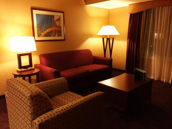 Homewood Suites by Hilton Atlantic City/Egg Harbor Township: A tastefully decorated and comfortable living room.