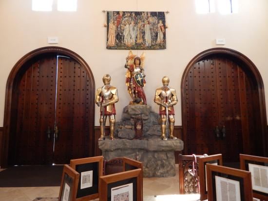 Hanceville, Алабама: Statues at the gift shop, Castle San Miguel