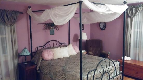 Blockhouse Hill Bed & Breakfast: The other upstairs guest room