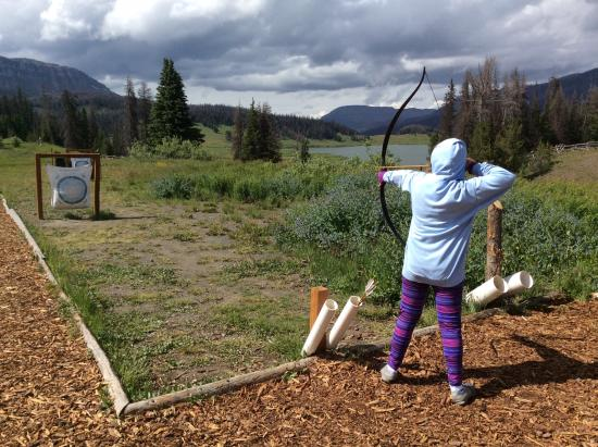 Brooks Lake Lodge and Spa: Archery fun