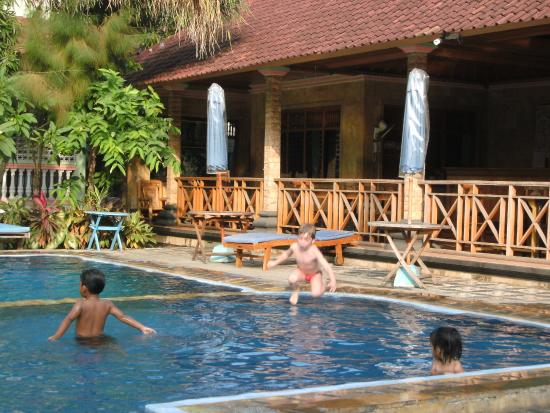 Hotel Lusa: Pool area, overlooked by restaurant.