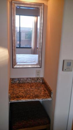 Embassy Suites by Hilton Tucson Paloma Village: Vanity in Bedroom