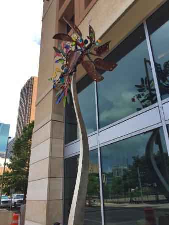 Embassy Suites by Hilton Houston Downtown: Art outside