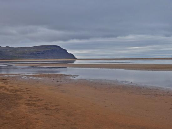 Latrabjarg, Исландия: Red sands and dark cliffs