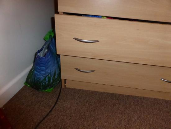 Whitemead Forest Park: Broken  chest of drawers in bedroom