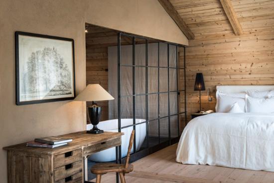 gro e panoramafenster traditionelle handwerkskunst schindeln atmende lehmw nde und nat rliche. Black Bedroom Furniture Sets. Home Design Ideas