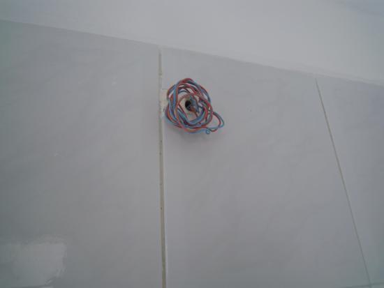 Something Else : elektriciteitkabel die gewoon bloot ligt in de badkamer