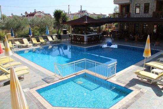 Nar Apart Hotel: Poolbar