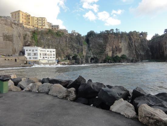 Hotel Giosue a Mare: Utsikt från en pir mot hotellet.