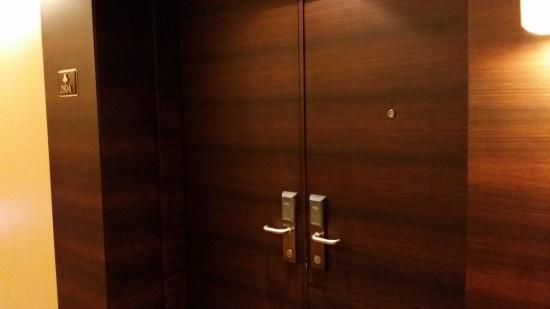 Jeju Sun Hotel & Casino: 입구 - 문 2개