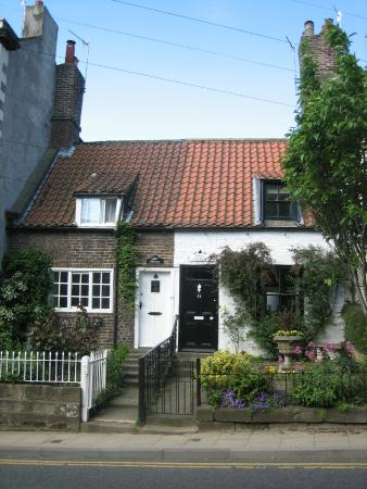 Ruswarp, UK: Croft & Sully Cottage on the High Street
