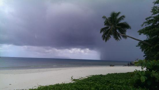 Georgina's Cottage Beach Guesthouse: Пляж Бо Валлон, был дождь, нет ливень