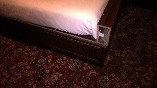 Rowers Hotel: Broken bed