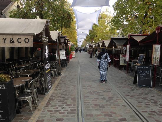 le cour saint emilion picture of bercy village paris tripadvisor. Black Bedroom Furniture Sets. Home Design Ideas