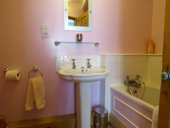 Sunbeam Cottage: The en-suite bathroom with the double.