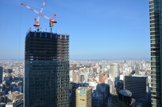 Nagoya Marriott Associa Hotel: Behind the tall building Nagoya Castle