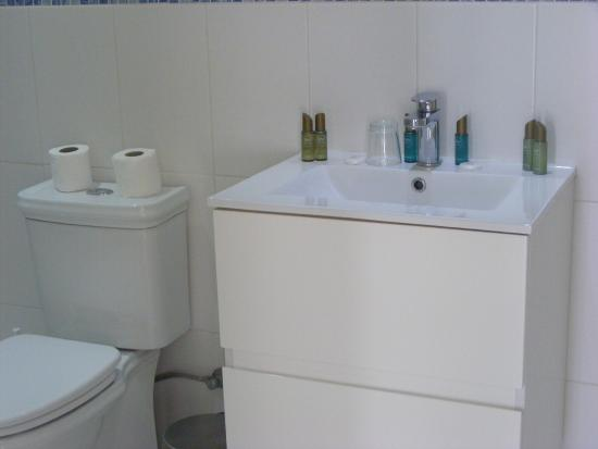 Sun Hall Beach Hotel Apartments : Salamina 1-Bedroom Apartment Bathroom