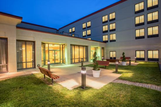 Crowne Plaza Dulles Airport Hotel: Exterior Courtyard area, perfect for events, or just relaxing