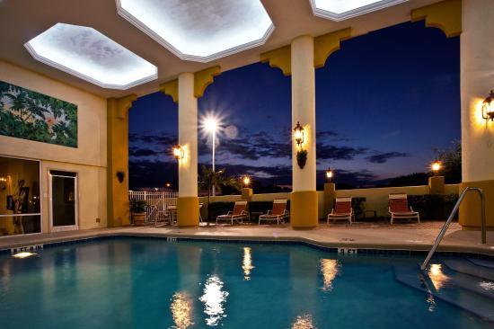 Holiday Inn Express Cocoa Beach: Swimming Pool